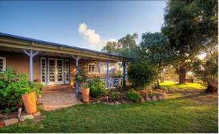 James Farmhouse and Rose Cottage - Accommodation in Brisbane
