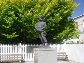 Alexander Cameron Statue - Accommodation in Brisbane