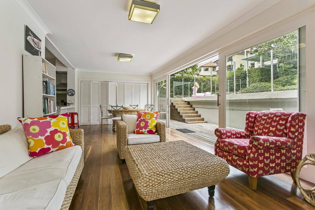 Summery spacious 4 bed home in Kurraba Point - Accommodation in Brisbane
