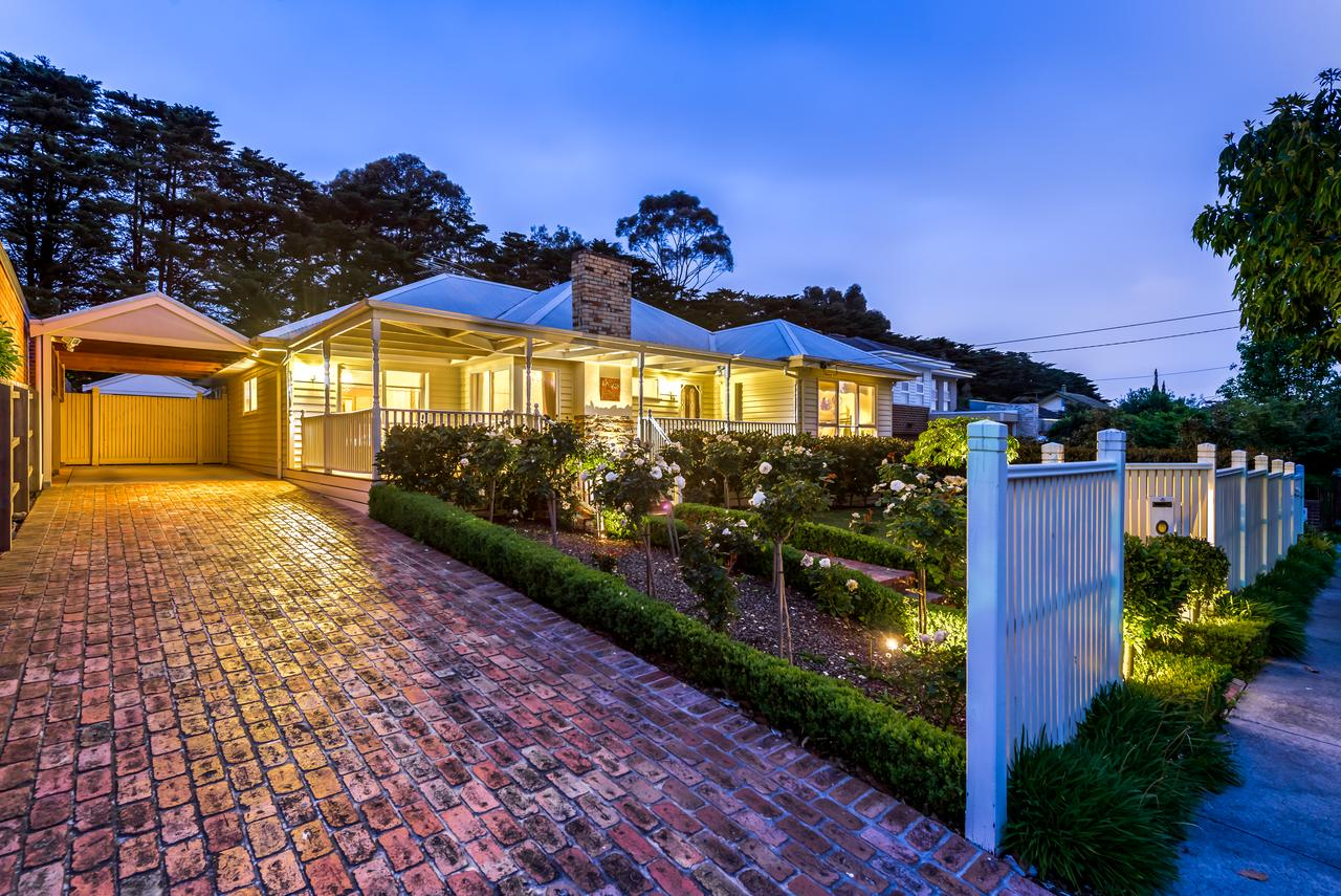 Lovely 5BR full house in Glen Waverley walk to train bus  shops - Accommodation in Brisbane