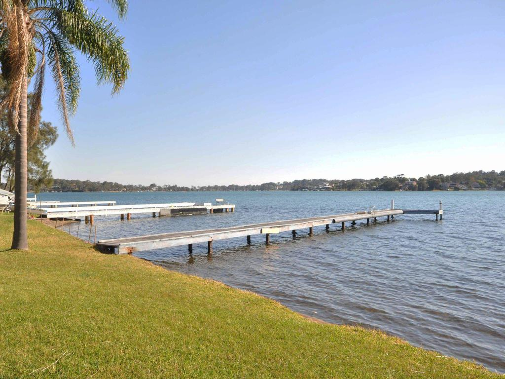 The Studio on the Lake  Fishing Point Lake Macquarie - honestly put the line in and catch fish - Accommodation in Brisbane